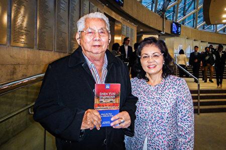 2019年10月6日下午,張先生和家人觀賞了神韻交響樂團在羅伊·湯姆森音樂廳(Roy Thomson Hall)的演出。張先生贊神韻音樂「仙樂飄飄」。(滕冬育/大紀元)