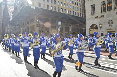 """纽约哥伦布日大游行是世界上最大的意大利美国文化的庆典之一,纪念哥伦布在1492年首次登上北美;同时展现意大利裔美国人和社区的传统文化。由法轮功学员组成的""""天国乐团""""在游行队伍中备受瞩目。"""