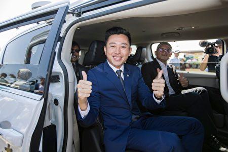 林智堅市長搶先試乘自駕車繞行漁港,體驗無須交管的五大行車亮點。