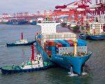 美中貿易戰套在中共脖子上的繩套,又進一步被收緊。圖為今年5月中國山東青島的海港。(Photo by STR / AFP)