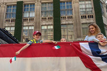 小男孩开心地挥舞意大利国旗。