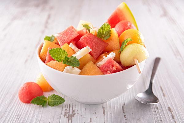 生理期保養,要注意不吃生冷寒涼的食物,如瓜果類、冰飲、綠茶、青草茶等等。(Shutterstock)