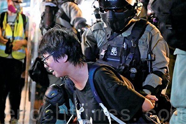 香港市民聚集大型商場叫口號唱歌