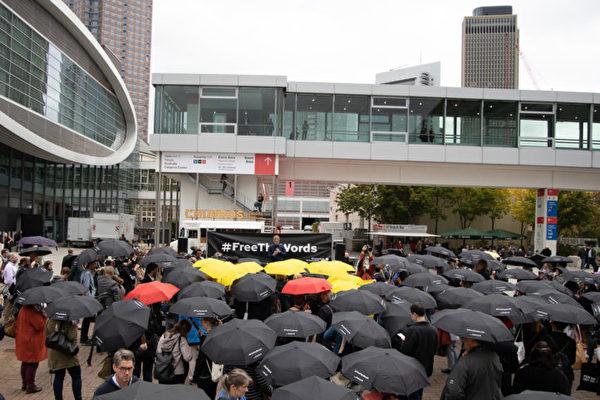全球最大书展声援香港 现撑伞集会