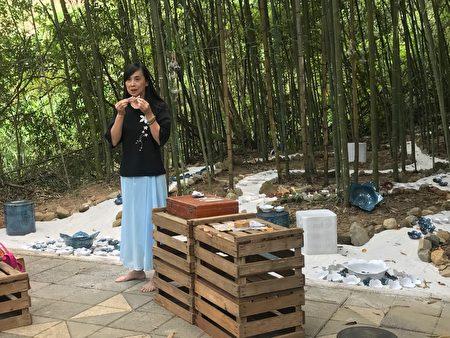 翁已涵在「奉茶惜福」地景藝術前教來賓捏陶土製作馬口魚筷枕。