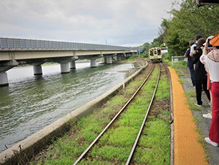 濱名湖鐵道的彩繪小火車,緩緩從遠處行駛而來。