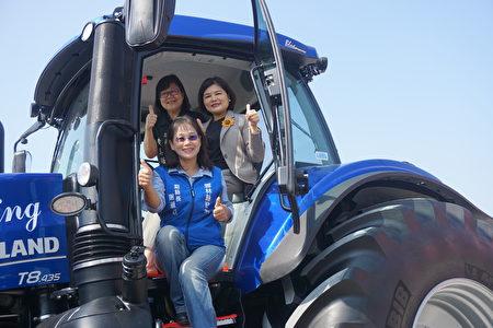 县长张丽善(中)副县长谢淑亚(前)议员黄美瑶(后)欢迎大家来参观全国最大农基展!保证让您收获满满。