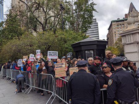 17日当天也有赞成关闭雷克岛的民众在市政厅外举行示威集会。