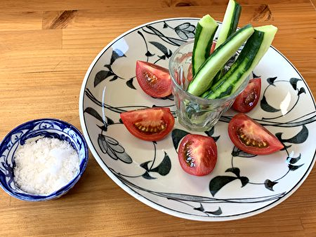 简单的番茄切盘,沾上些许天日塩,便能吃出食物的鲜美。