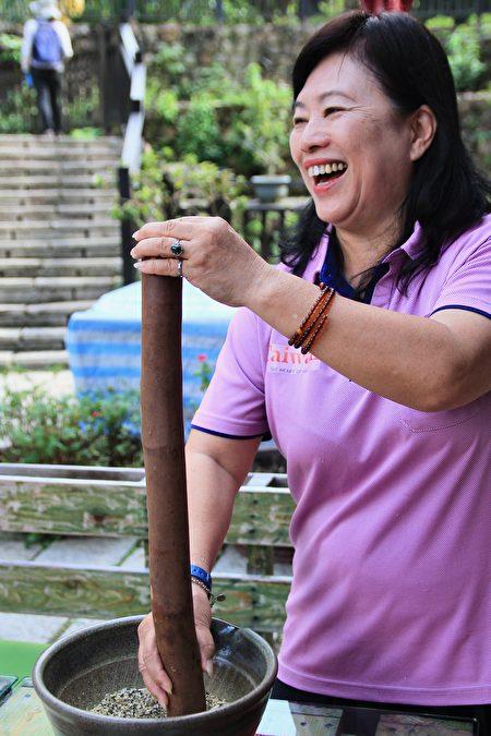 导覧解说员张凤珠解说客家擂茶的乐趣与擂法。