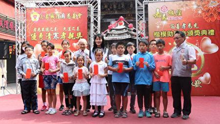 逆境天使国小组17名每人皆获3000元助学金,嘉义市城隍庙慈善会肯定其孝心及上进心。