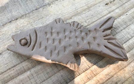 DIY捏陶土製作的馬口魚筷枕半成品。