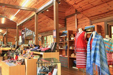 瓦禄产业文化馆展售原民的精致创意作品。