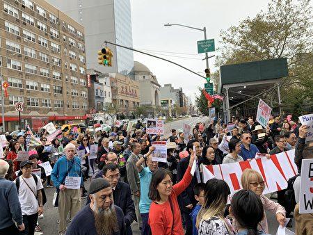近千名民眾打著各式標語,從哥倫布公園開始游行,經過白街125號監獄選址、堅尼路、勿街一直游行到孔子大廈的孔子像前集會。