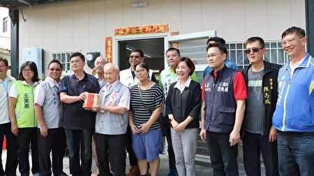 城隍廟募集147萬1530元火災重建經費,由城隍廟董事長賴永川交給苦主翁先生。