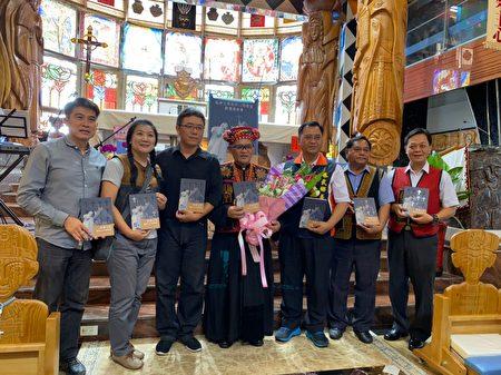 """集音乐家、作家、摄影家一身的江敬业,汇集各教堂的部落历史特色与经典,出版""""杜神父与他的12座教堂""""一书。"""