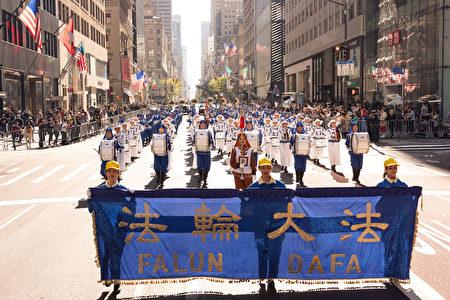 """2019年10月14日,纽约哥伦布日大游行(Columbus Day Parade)是美国最大的游行之一,在纽约第五大道隆重举行。由法轮功学员组成的""""天国乐团""""受邀参加纽约哥伦布日大游行。"""