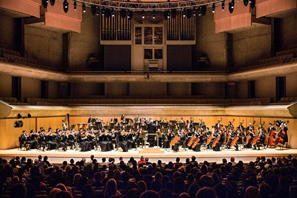 2019年10月6日下午,神韻交響樂團來到多倫多的羅伊·湯姆森音樂廳(Roy Thomson Hall),開啟了北美巡迴演出的首場。(艾文/大紀元)