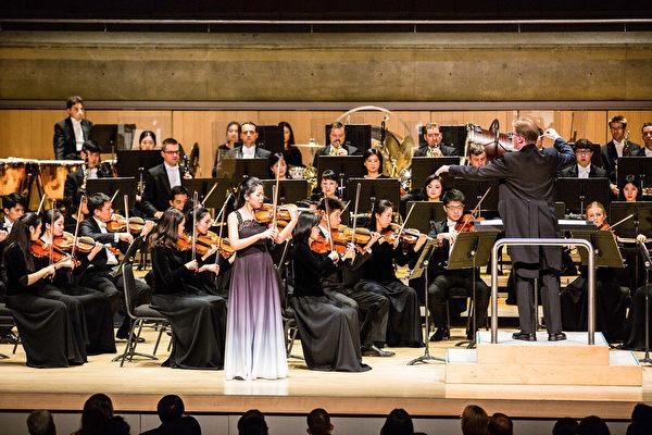 神韻交響樂團小提琴家獨奏。(艾文/大紀元)