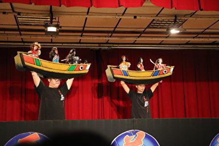布袋戏偶是一出布袋戏的灵魂,这次最不一样的地方是操偶师把船扛在头上,两只手执偶,一面开船一面打仗,很厉害。