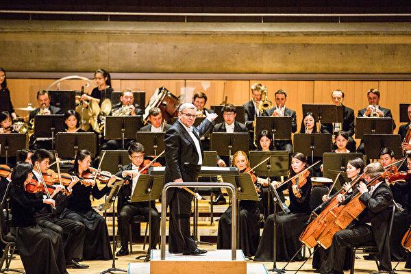 神韻交響樂團指揮米蘭。(艾文/大紀元)
