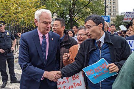 市议员霍登反对关闭雷克岛监狱、在纽约四区建新监狱的计划。当天他出席声援抗议民众。