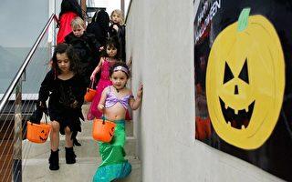 万圣节挨家挨户要糖的孩子们(Getty Image)。