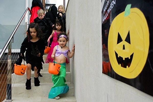 萬聖節挨家挨戶要糖的孩子們(Getty Image)。