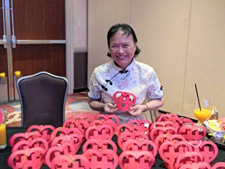 剪紙傳統文化及民俗藝術展台受到國際友人和僑胞熱列歡迎。
