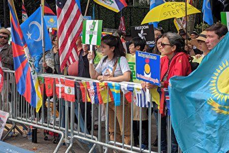 十多個團體,近百位民眾在聯合國總部附近的哈瑪紹廣場舉行示威活動,抗議中國共產黨在中國各地進行的反人類暴行。