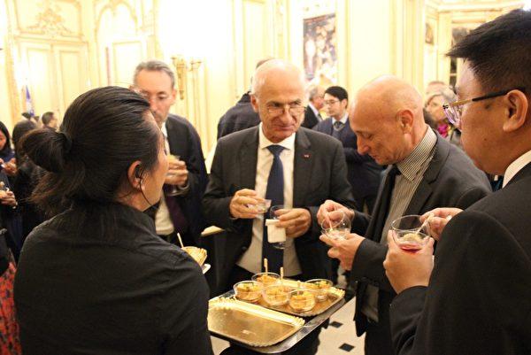 賓客享用台灣小吃。(駐法國臺北代表處提供)