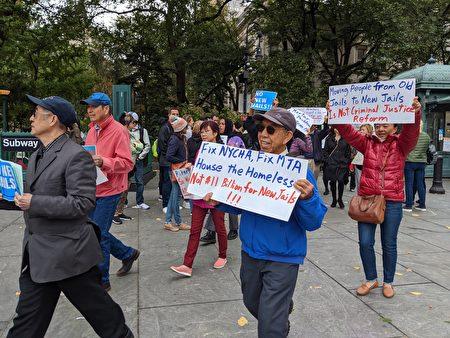民众手举反对关闭雷克岛监狱等标语,游行绕市议会一圈。