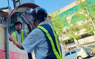 马路天使 77岁老翁8年擦净15万面反光镜