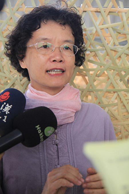 竹南蛇窑艺术总监邓淑慧感谢竹编大师张宪平与三位工艺师为展覧做的国宝大茶碗。