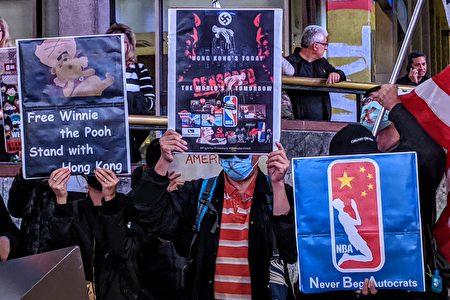 """抗议者手举""""Hong Today, The world tomorrow""""、""""Never Beg Autocrats""""等标语。"""