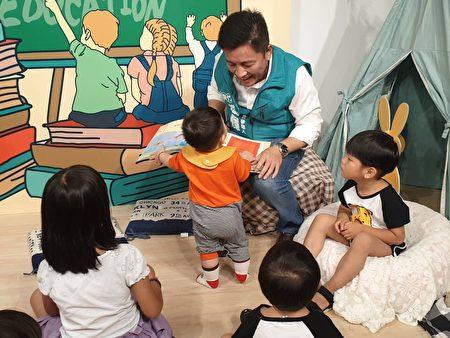 鄭宏輝帶著孩子讀英語繪本