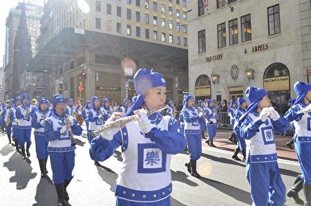 """纽约哥伦布日大游行是世界上最大的意大利美国文化的庆典之一,纪念哥伦布在1492年首次登上北美,由法轮功学员组成的""""天国乐团""""在游行队伍中备受瞩目。"""
