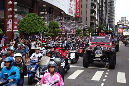 Lamigo桃猿隊三連霸封王遊行,沿途受歡迎。