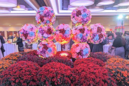 酒會會場以花卉裝飾為主軸,中央是花團錦簇雙十造形,喜氣洋洋普獲賓客好評,紛紛在此合影留念。