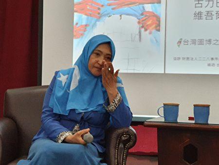 哈萨克共和国的维吾尔裔女子古力巴哈近日来台,谈及新疆集中营内的酷刑、性侵等经历,数度哽咽。