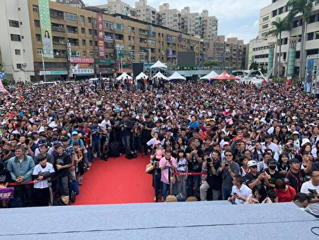 Lamigo桃猿隊三連霸封王遊行場面熱鬧。