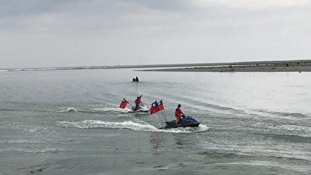 水上摩特車以競技奔騰劃破海平面迎接國慶升旗盛大場面