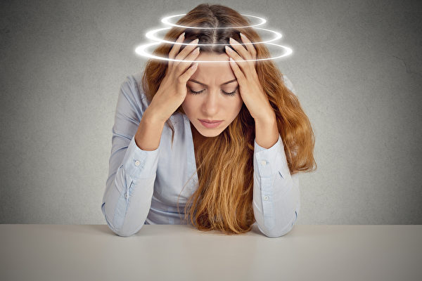 眩是眼花,暈是頭暈,二者常同時並見,故稱為「 眩暈 」,此病輕者閉目即可,重者如坐舟車,旋轉不定,不能站立。(Fotolia)