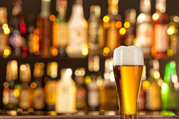 在酒吧遇持枪抢劫 美国男子把歹徒当空气
