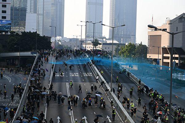 10月1日,警方在金钟政府总部用水炮车发射蓝色水剂。(MOHD RASFAN/AFP/Getty Images)