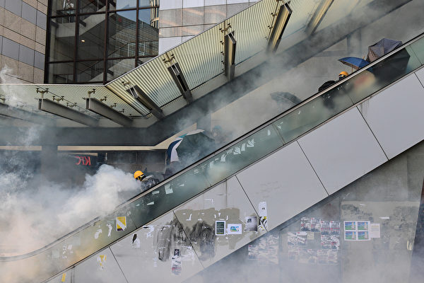 10月1日,警方在金钟发射催泪弹。(NICOLAS ASFOURI/AFP/Getty Images)