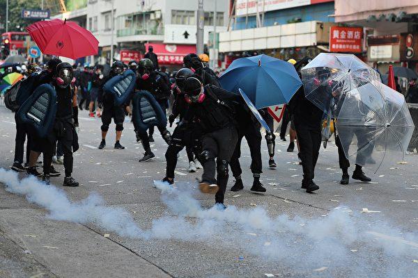 10月1日,警方在深水埗发射催泪弹。(MAY JAMES/AFP/Getty Images)