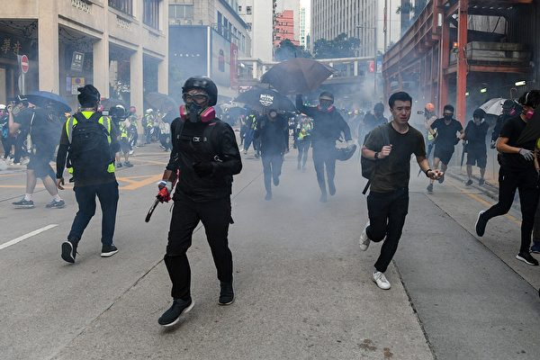 10月1日,警方在湾仔发射催泪弹。(MOHD RASFAN/AFP/Getty Images)