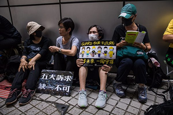 10月12日,銀髮族等參加靜坐,抗議警方暴力、支持香港年輕人。(DALE DE LA REY/AFP via Getty Images)
