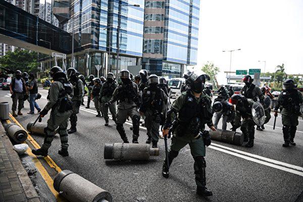 10月13日,大埔超級城處防暴警察。(MOHD RASFAN/AFP via Getty Images)